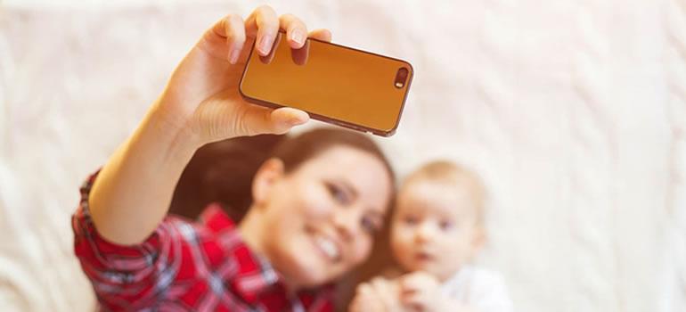 Las madres, cada vez más aficionadas a sus teléfonos celulares